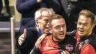 01-02-2020: Voetbal: De Treffers v VV Katwijk: Groesbeek                Boy van de Beek van De Treffers feliciteerd doelpunten maker  Coen Maertzdorf, 2-2